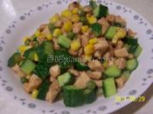 油温8成热,入鸡丁快熟时,加入黄瓜丁、青豆、玉米炒熟,加黄豆酱、盐、调味后即可出锅。