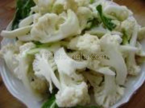 将菜花切成小块,清洗干净,装入盘中待用。