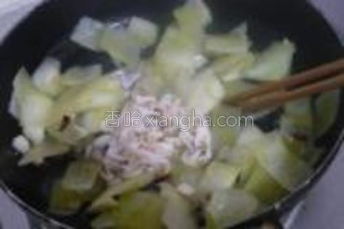 再把泡好的虾皮连水一起倒进加鸡精炒匀。