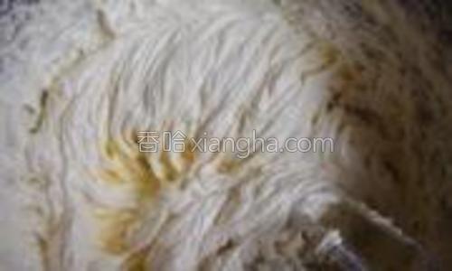 将低粉和奶粉混合过筛到黄油糊中,从下向上用橡皮刮刀翻拌均匀,使面粉和黄油糊完全融合在一起。
