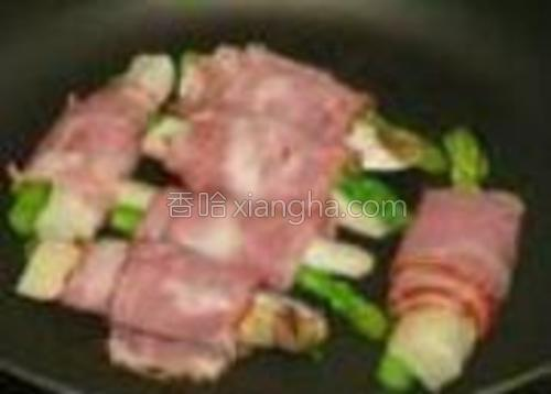 锅里不用放油,因为培根本身会出油的,洒少许黑胡椒粉。