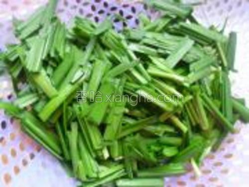 韭菜半斤洗净,切段。