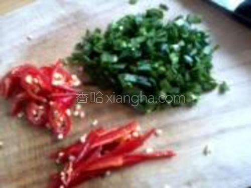 韭菜切末。辣椒分别切成丝和小块。
