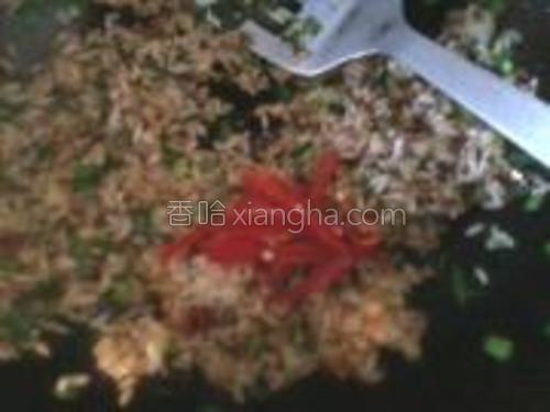 加入葱花拌匀炒后在放入辣椒丝一同炒1分钟。