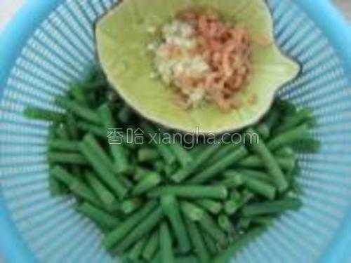 豆角沥干水份,蒜剁成蓉,虾米泡洗干净备用。