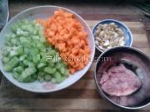 肉末150克,胡萝卜丁150克,芹菜250克,腰果50克。