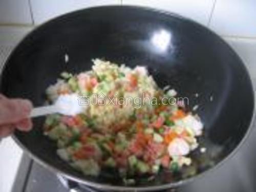 倒入已煸炒好的配菜,加盐、胡椒粉和蚝油,少许鸡精,翻炒均匀即可。