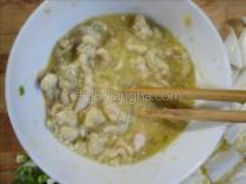 碗中加入鸡蛋,盐、胡椒粉搅拌均匀。