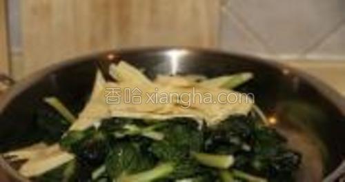 塔菜炒半分钟后放入笋片,大火翻炒。