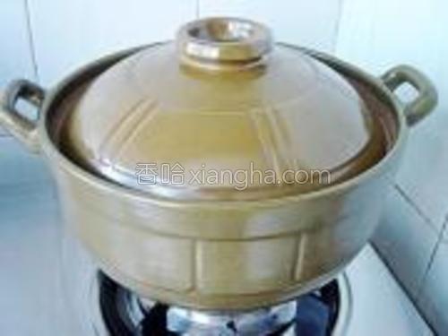 烧开后,揭盖撇去浮物后,再盖上盖子继续转小火煲2.5-3小时。
