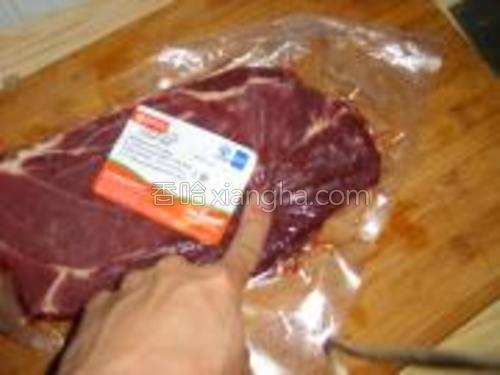 等到用手指去摁的时候,感觉比较软(如下图),就可以准备腌制牛排了。