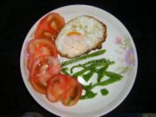 摆盘,将煎好的鸡蛋放在盘里,然后将番茄切片,再切点青椒丝,在盘子里面摆好(如下图),不喜欢青椒的朋友,可以换为生菜,也好看哦。