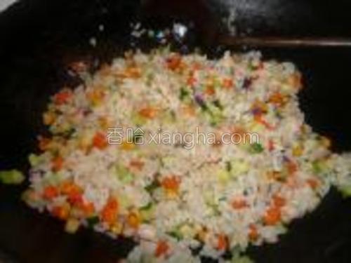 热锅凉油,把图1的材料入锅炒香,加米饭炒均匀,加些盐。