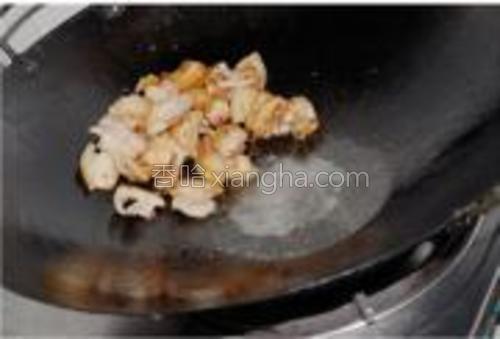 把肉片铲到一边,如果锅里的猪油不够就再加点食用油。
