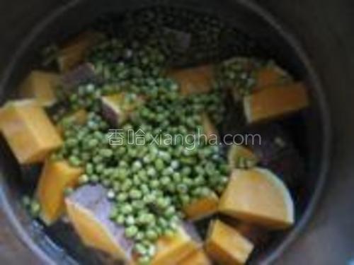 将南瓜块和浸泡好的绿豆放高压锅中,加适量的水煮。