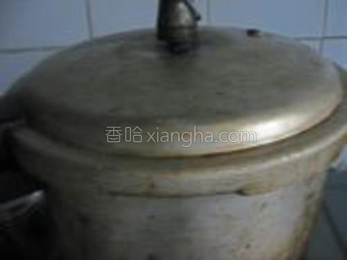 煮到高压锅冒汽后,关火闷一会即可。
