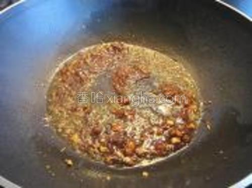 放入一大勺子黑椒汁酱、少许生抽、白糖搅拌均匀。