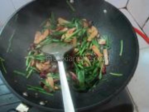 炒至韭菜断生,放盐和鸡精即可出锅。