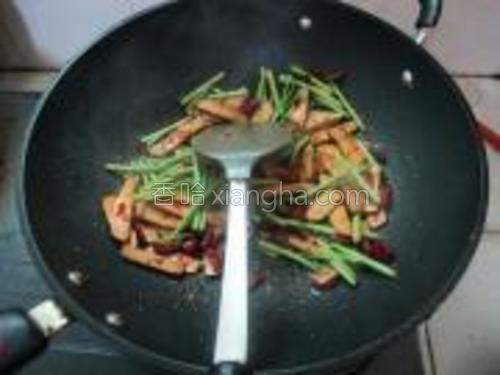 下韭菜头,炒匀。