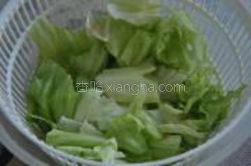 生菜洗净漓干水,撕成小块。