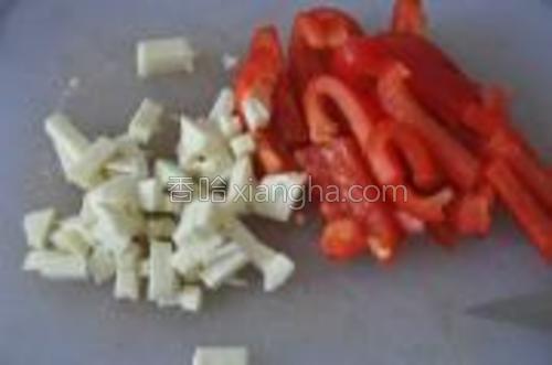 羊奶酪切成小丁,甜椒切成条。