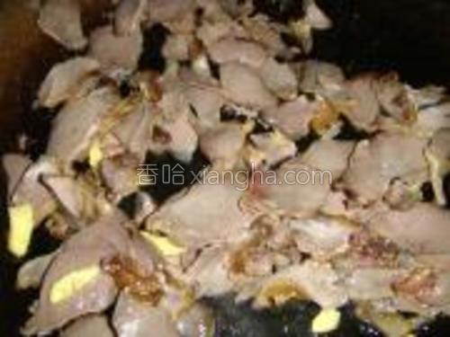 锅里油烧热炒香生姜下鸭肫翻炒。