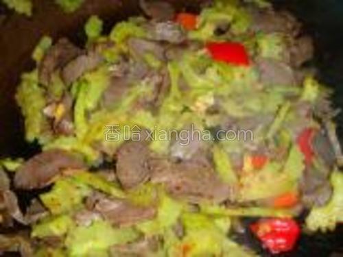 给红椒用辣椒粉少许生抽调味炒匀即可。