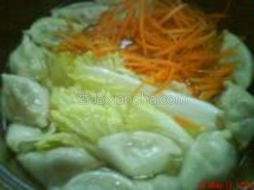 依次放入胡椒粒、白菜、胡萝卜丝和酱汁,煮滚后即可出锅。