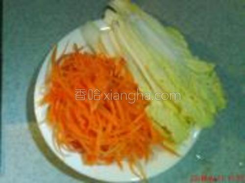 将白菜切长条、胡萝卜擦丝待用。