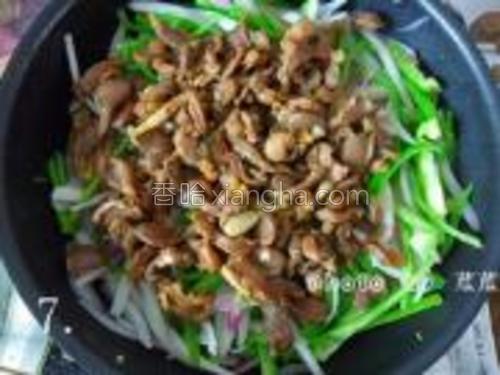 翻炒片刻再把炒好的鸡胗片倒入锅内,开大火翻炒5~6秒左右,撒点鸡精就可关火出锅了。(为了保证蔬菜和鸡胗的口感,中途不用盖上锅盖)