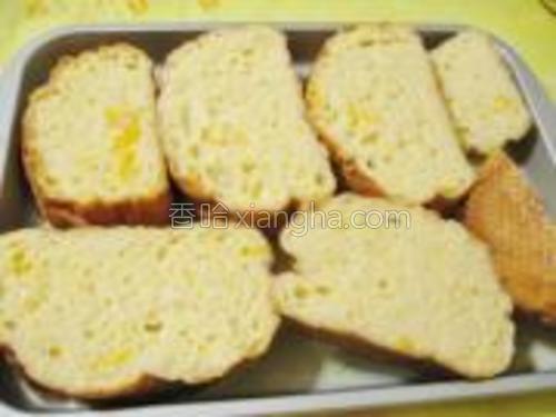 翻个面,让面包尽情地吸收牛奶蛋液。