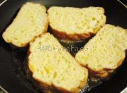 加入浸泡过的面包,用中小火煎。