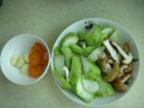 丝瓜,冬菇切块,大蒜去皮,红萝卜切片。