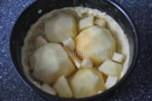 苹果削皮,对半切开,去核。铺在蛋糕底上,空隙处用小块苹果填满。