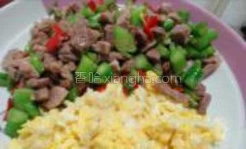 把鸡蛋先划炒,菜梗及瘦肉甜椒炒熟(加盐)