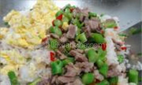 炒匀后,把事先炒好的蛋等等加进来。。加点鸡粉再次翻匀就可以了