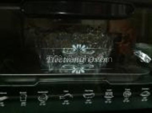 水浴法烤60分钟左右,取出晾凉后食用,放入冰箱冷藏过夜味道更佳。
