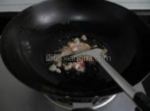锅洗净,热锅下油,油八成热时,倒入虾仁,大火翻炒,把虾仁爆香。