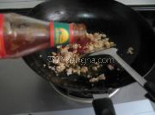 炒至肉酱变色后,加入调料B,翻炒,炒至均匀。