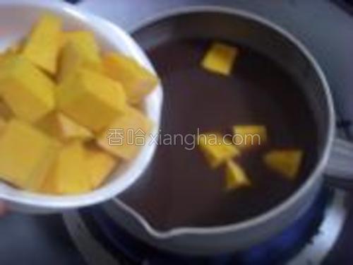 放入切好的南瓜块,煮5、6分钟,放入冰糖,等冰糖融化,南瓜红豆汤也就好了。