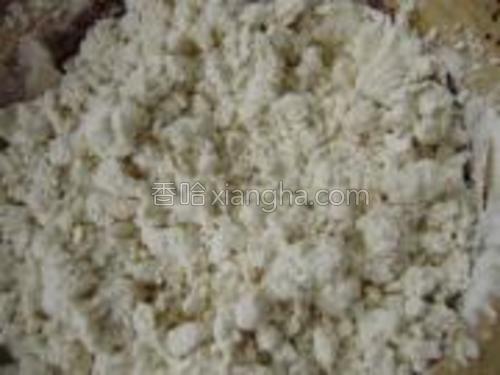 将面粉放入容器中,用滚水慢慢搅拌成棉絮状。