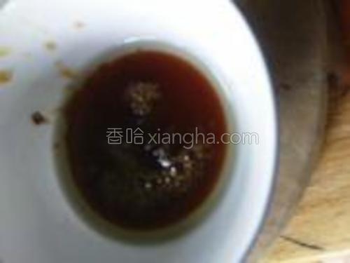 把适量的水倒进锅了然后倒入适量的糖至融化。溶化后,液体会变得浓稠就关火。