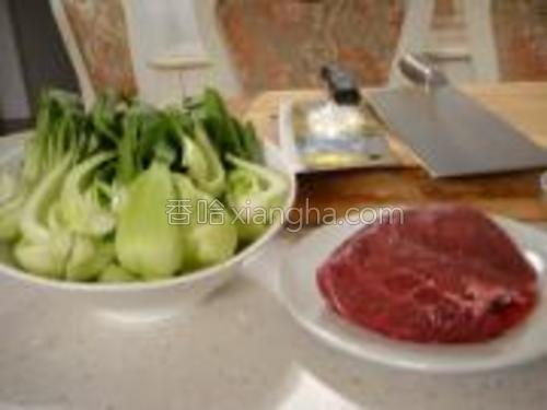 主料展示,牛肉和小油菜,选用牛里脊最好,家里冰箱只剩这一块了,就这样吧
