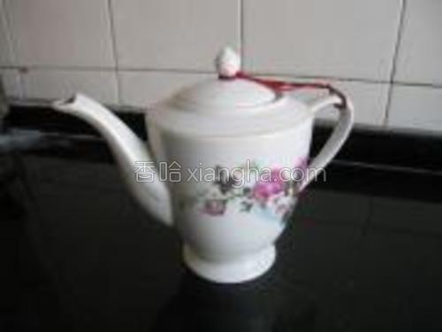 瓷茶壶避光,入水出水都方便,放在厨房或电热水器旁暖和的地方,不碍眼。