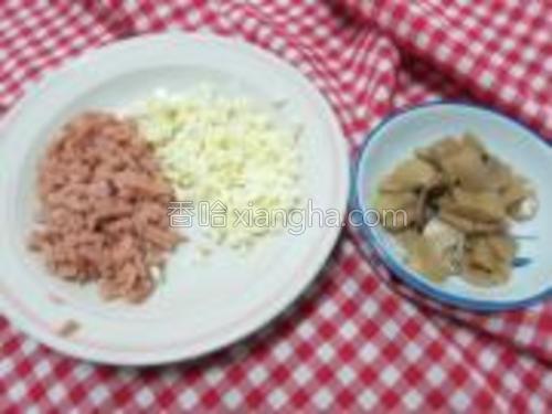 腊肠,芝士,磨菇都切碎。(磨菇本来要切片,但觉得太大了,就把它切成碎碎)