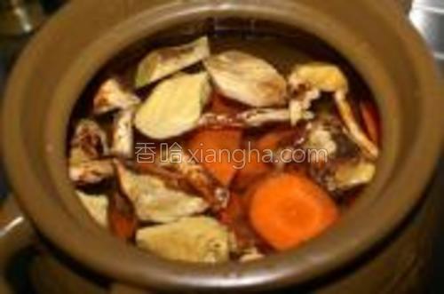 汤煲里放水,大概2/3满,将五指毛桃及胡萝卜块放进去先煲一下。