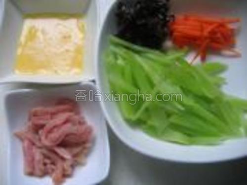 莴笋、胡萝卜、黑木耳洗净分别切丝,鸡蛋打散,里脊肉洗净切丝。