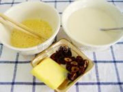 鸡蛋搅散,炼乳与白砂糖混合拌匀,红枣去核切片。