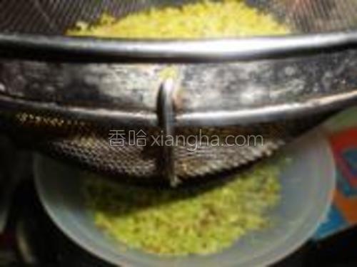 将新鲜桂花装入网筛中,然后不断的摇动网筛,使花梗和杂质漏下。