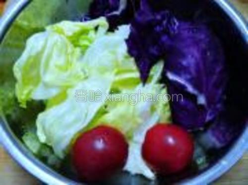 紫甘蓝、球生菜和西红柿全部清洗干净备用。